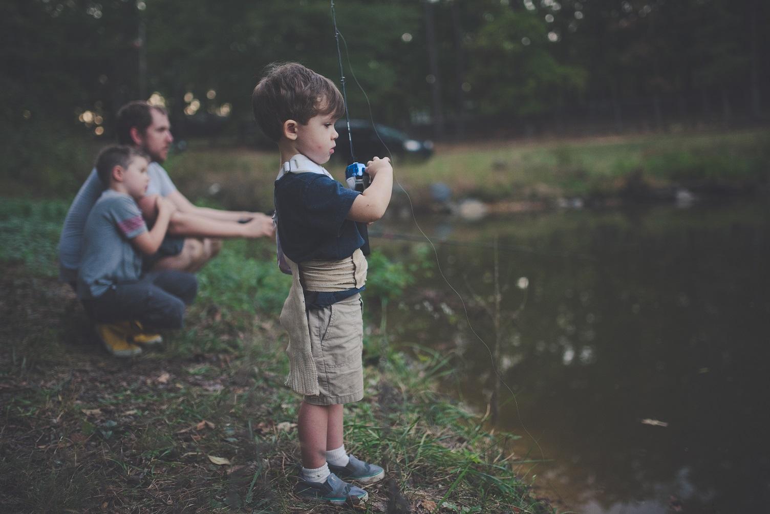 bambini a pesca
