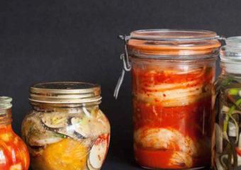 Verdura fermentata in casa in barattoli