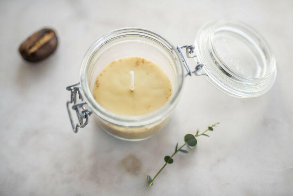 candela fatta in casa in un barattolo